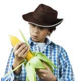 农场助手剥壳的玉米 免版税库存图片
