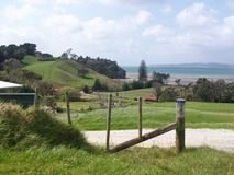 农场土地有海背景 图库摄影