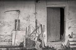 农场在老棚子附近墙壁用工具加工 免版税库存图片