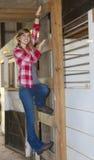农场女孩微笑的年轻人 免版税库存图片