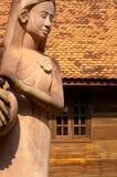 农场女孩雕象 免版税库存照片