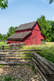 农场的老红色谷仓 图库摄影
