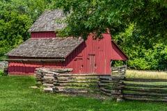 农场的老红色谷仓 免版税库存照片