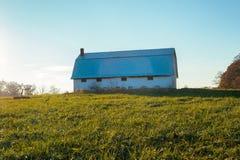农场的老谷仓在印第安纳乡下 库存照片