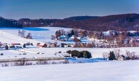 农场看法和积雪的绵延山在农村约克计数 免版税库存照片