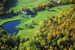农场鸟瞰图有池塘的在Stowe附近, VT在风景路线100的秋天 免版税库存图片