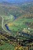 农场, VT鸟瞰图在Stowe附近的在风景路线100的秋天 库存图片