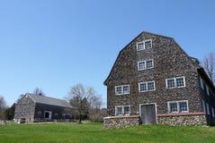 农场:两个老谷仓 库存图片