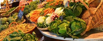 农夫与蔬菜和水果的` s市场在鲁昂,法国 库存图片
