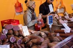 农夫出售抽了肉制品烟肉火腿香肠 库存照片