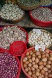 农夫卖新鲜的鸡蛋和大蒜的市场摊位 免版税库存图片
