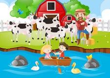 农夫和母牛在农场 免版税库存图片