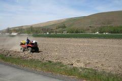 农夫喷洒的杂草 图库摄影