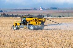 农夫喷洒的肥料 库存图片
