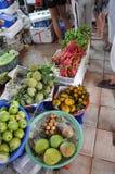 农夫在中央Ma的卖他们新鲜的有机生物果子 库存图片