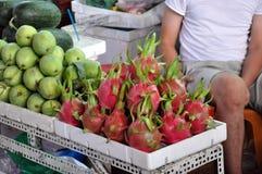 农夫在中央Ma的卖他们新鲜的有机生物果子 免版税库存图片