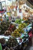 农夫在中央Ma的卖他们新鲜的有机生物果子 库存照片