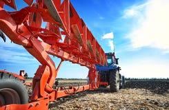 农夫在拖拉机工作 免版税图库摄影