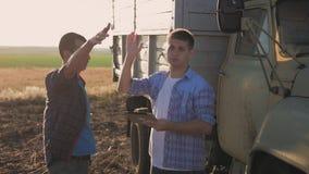 农夫在领域工作,传达,看片剂 两位农夫在领域谈话,使用片剂 农夫震动 股票录像