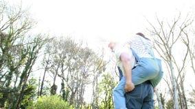 农夫夫妇拥抱 股票视频