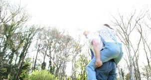 农夫夫妇拥抱 股票录像