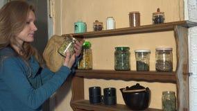 农夫妇女健康自然清凉茶的采撷草本 4K 股票录像