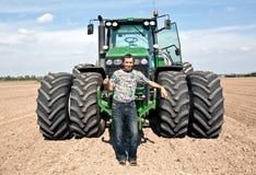 农夫姿态好的显示的拖拉机 库存照片