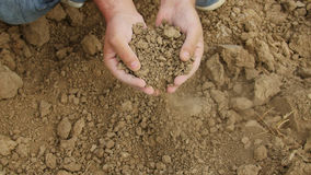 农夫拿着旱田的` s手 免版税图库摄影