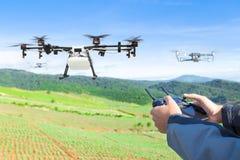 农夫控制农业对被喷洒的肥料植物的寄生虫飞行 库存照片