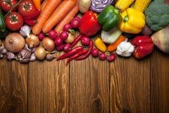 农夫新鲜市场木表的蔬菜 图库摄影