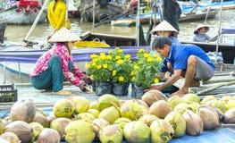 农夫是运输,在船上安排罐万寿菊花 免版税库存图片