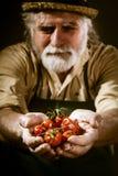 农夫显示他的生物菜 图库摄影