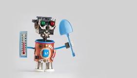 农夫有温度计蓝色铁锹的花匠机器人在手上 农业季节性概念,滑稽的玩具字符准备好为 免版税库存图片