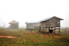 农夫的在薄雾的房子融解 免版税库存照片