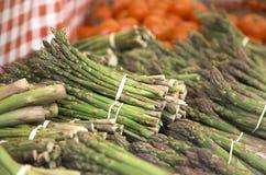 农夫的市场芦笋和蕃茄 免版税库存图片