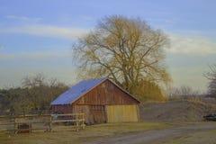 农夫的领域的一个棚子 图库摄影