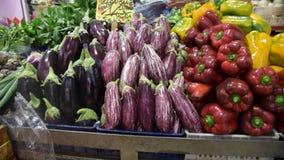 农夫的食物市场摊位以有机蔬菜品种  股票视频