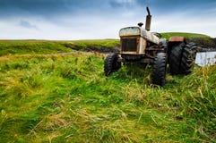 农夫老拖拉机 图库摄影