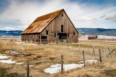 农夫谷仓在有篱芭和一些雪的农村爱达荷在grou 库存图片