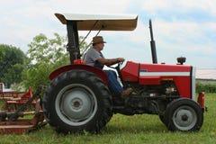 农夫运行拖拉机 库存照片