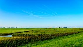 农夫领域和草甸在堤堰下沿Veluwemeer 图库摄影