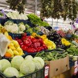 农夫食物市场摊位以有机菜品种  免版税库存照片