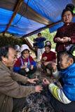 农村中国农夫在营火附近谈话在村庄节日 免版税库存图片