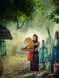 农村亚裔妇女生活方式在领域乡下泰国 免版税库存照片