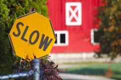 农村住宅缓慢的标志 库存照片