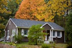 农村叶子的房子 免版税库存图片