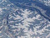 农村和城市土地空中冬天雪风景视图在米尼亚波尼斯明尼苏达和印第安纳波利斯印第安纳之间的有纯然的反对的 库存图片
