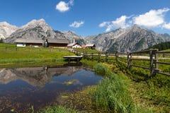 农村场面在有一个湖的阿尔卑斯前景的 奥地利, Walderalm 免版税库存图片