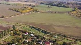 农村场面 树、草甸和领域在秋天 影视素材