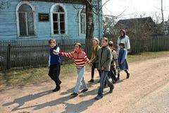 农村学校的俄国学生,走户外 库存照片
